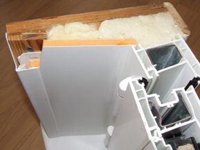 А это схема уже на практике. Заметьте, пластик установлен на деревянную основу, это заставляет подумать о должной обработке дерева, утеплитель же занимает всё пространство между стеной и панелью сбоку