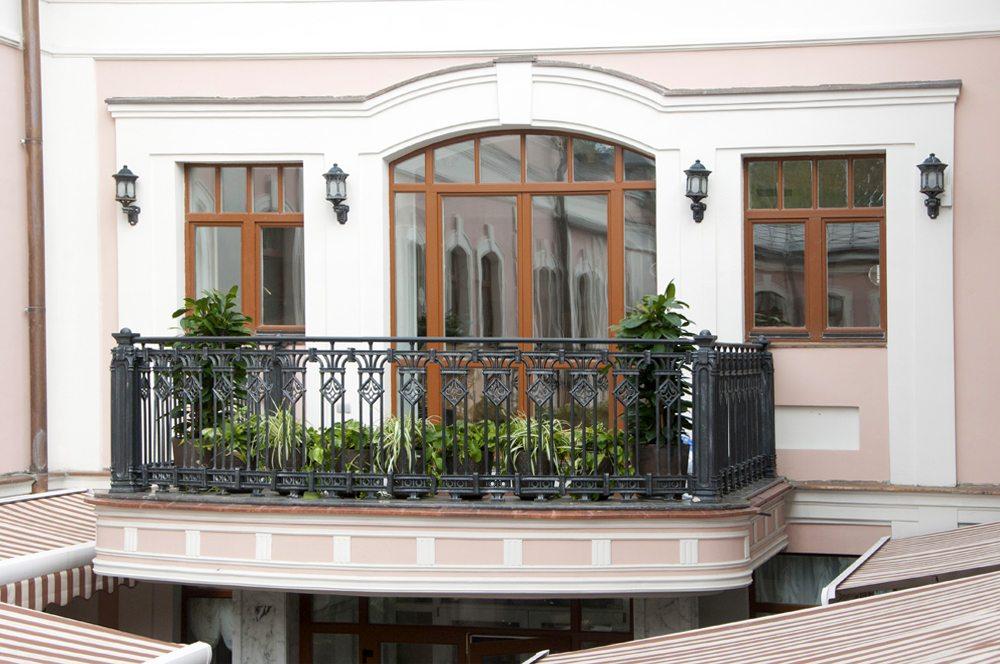 балкон с чугунным ограждением