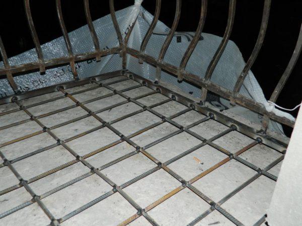 Балконное основание желательно укрепить арматурой, а затем залить стяжку