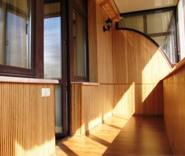 Бамбуковая отделка может смотреться достаточно строго