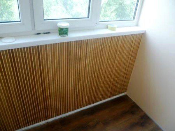Бамбуковыми обоями можно выделить отдельные участки балкона