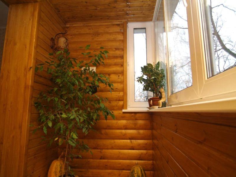 Блок-хаус позволяет отделать балкон в деревенском стиле