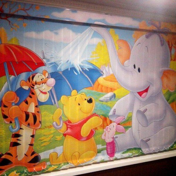 Чтобы создать сказочную атмосферу в комнате ребенка, закажите жалюзи со сценкой из любимого мультфильма