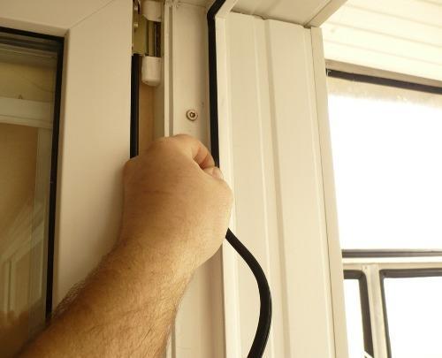Даже пластиковые окна могут нуждаться в уплотнителе, который размещают на стыках подвижных элементов и рамы