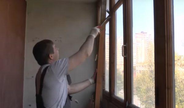 Демонтаж старых рам на лоджии или балконе — первый этап подготовки