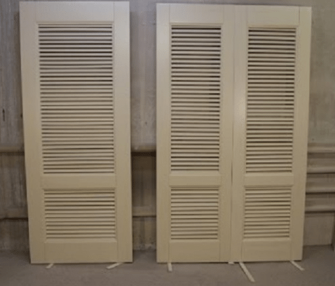 Деревянные дверцы с жалюзи станут подлинным украшением вашего шкафа.