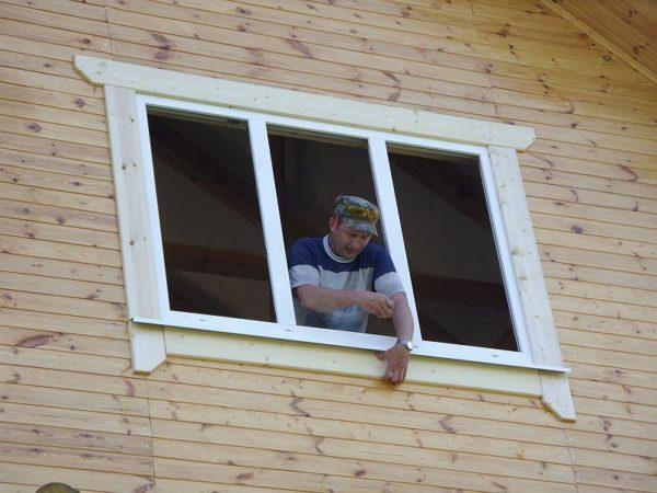 Деревянные наличники на пластиковые окна с улицы подрезаются так, чтобы создать красивое обрамление оконной рамы