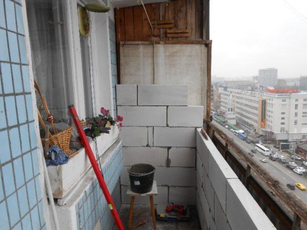 Дополнительное ограждение из пенобетонных блоков: и теплоизоляция, и опора