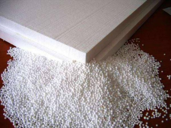 Экструдированный пенополистирол делают из вспениваемых гранул полистирола.