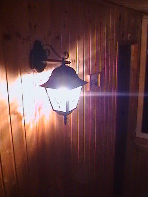 фонарь в интерьере балкона в стиле охотничьего домика
