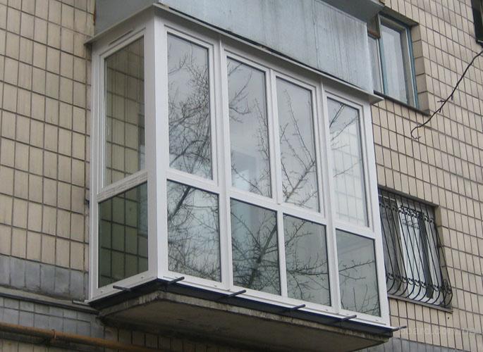 французский балкон под стеклом