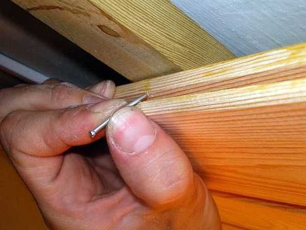 Гвозди забиваются в паз под углом, чтобы шляпка полностью пряталась в поверхности