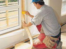 Инструкция установки даже новых деревянных окон рекомендует по всему периметру применить ленточный утеплитель, его надёжная забивка с последующей штукатуркой решает проблему утепления этого стыка