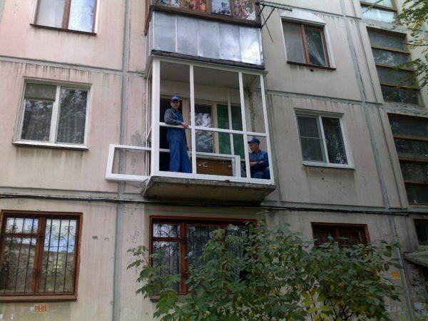 Инструкция сборки такого балкона допускает применение обычного стеклопакета в ПВХ профиле