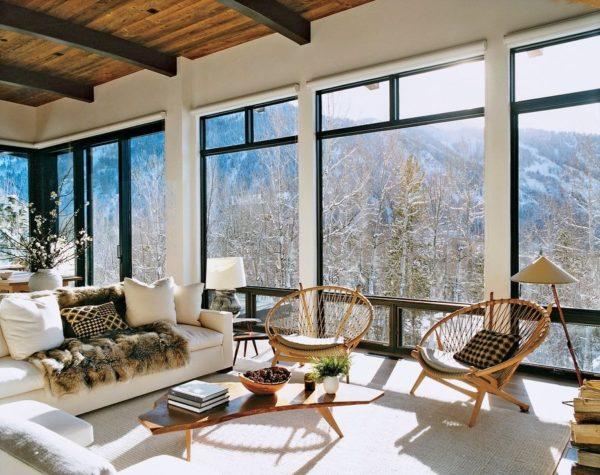 Интерьер гостиной с окнами во всю стену: такой пейзаж грех закрывать