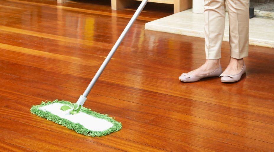 Качественно помыть ламинат в домашних условиях можно даже без специальных средств и оборудования