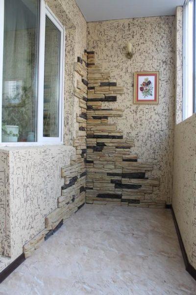 Камень позволяет украсить и разнообразить интерьер балкона