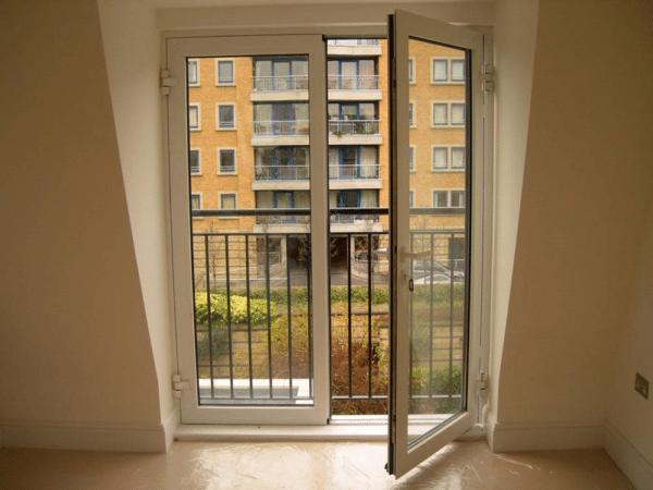 Кованые ограждения подойдут не только для загородных домов, но и для городских квартир