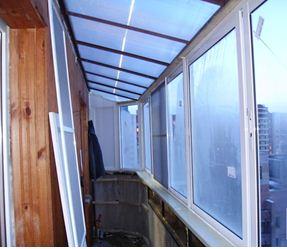 крыша балкона из сотового поликарбоната под углом
