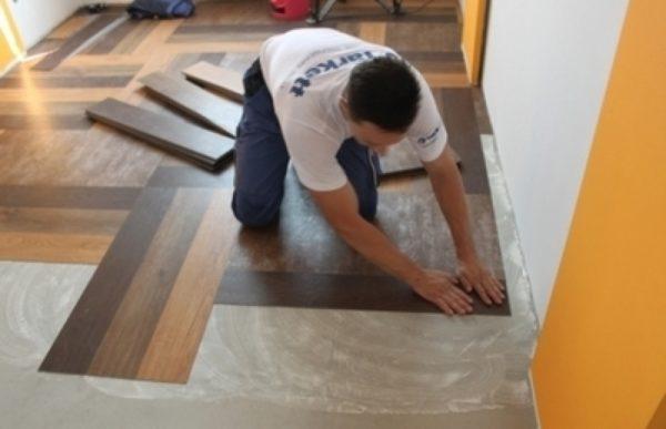 Кварцвиниловое покрытие можно приклеивать лишь к тщательно подготовленной поверхности
