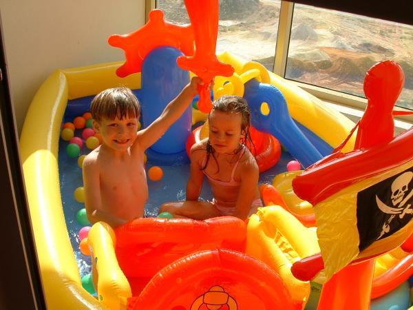 летом можно поставить надувной бассейн для ребенка