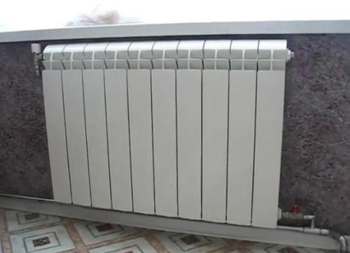 Любительское фото правильно установленной батареи отопления по отношению к подоконнику