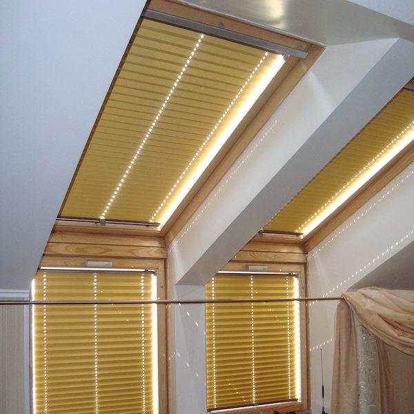 Мансардный вариант жалюзи изначально разрабатывался для окон в крыше строения