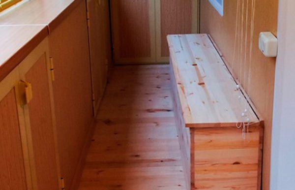 Можно использовать ящик как скамью и без мягкой подкладки, в этом случае поверхность нужно хорошо отшлифовать