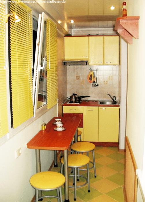 на балконе кухня