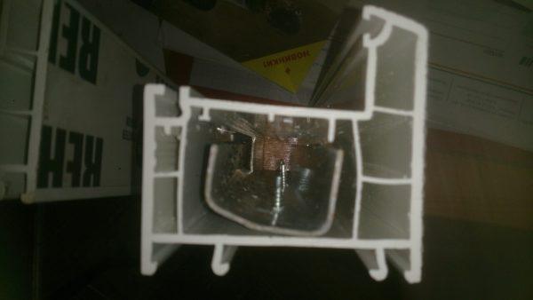 На фото четко видно, как фиксируется армир внутри пластика