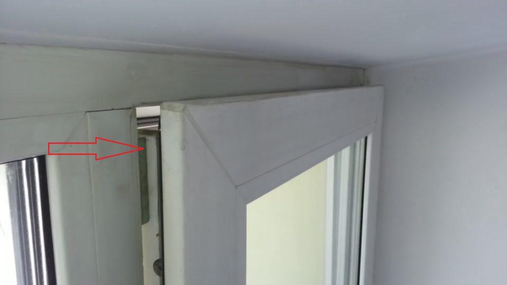 На фото показано окно, открытое в режиме проветривания, причем верхняя часть задевает за ответную планку