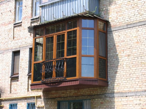 На фото расширенный и реконструированный балкон в хрущевке