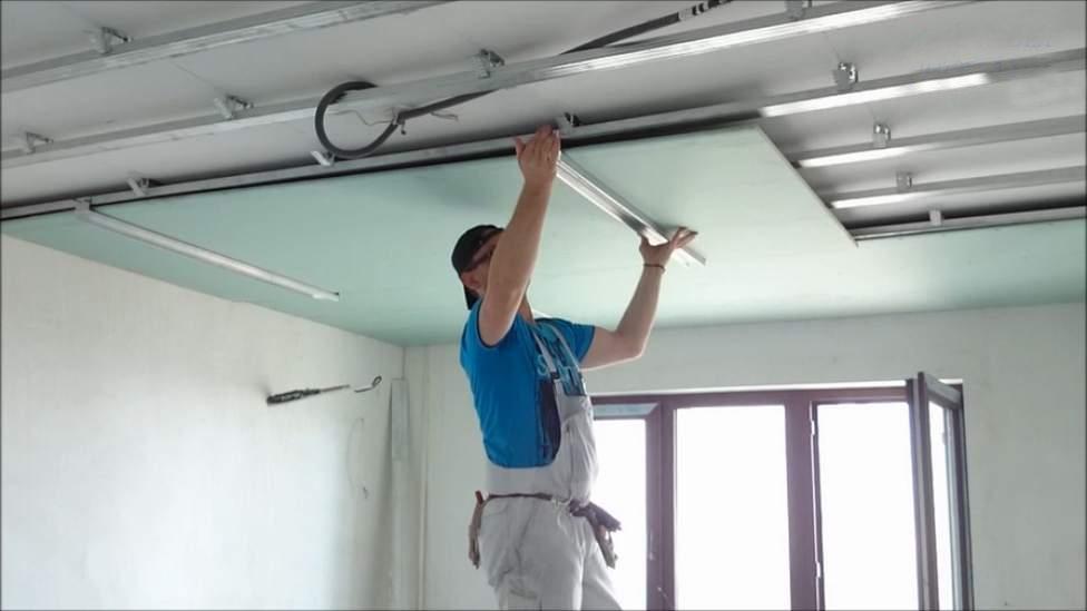 На фото: сооружение гипсокартонного потолка по силам любому человеку