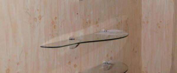 На фото: стеклянные полки — еще одно интересное решение, которое вы можете сделать своими руками