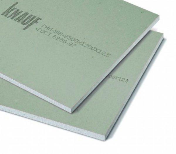 На фото влагостойкий гипсокартон Кнауф толщиной 12,5 мм — такие листы можно использовать для обшивки стен