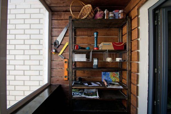 Наличие этажерки на балконе позволяет более рационально организовать и использовать его пространство