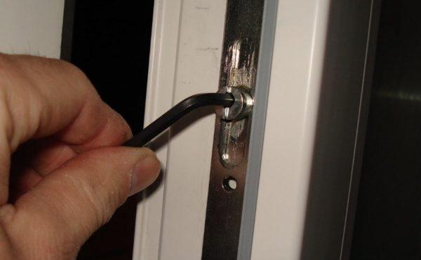 Настроить фурнитуру так, чтобы окно плотно закрывалось и легко открывалось — несложно.