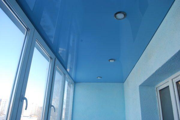 Натяжная конструкция на потолке получается красивой и аккуратной