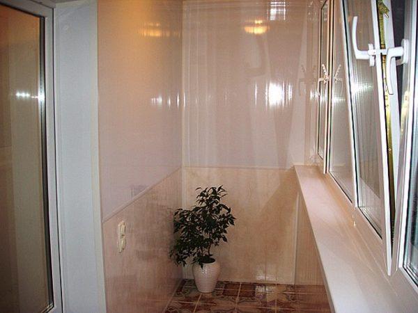 Обшитый пластиковыми панелями балкон