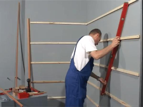 Обязательно проверяйте плоскость конструкции при ее креплении