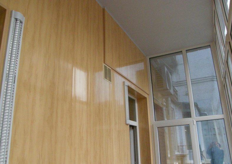 Отделка пластиковыми панелями неплохо имитирует обшивку деревом