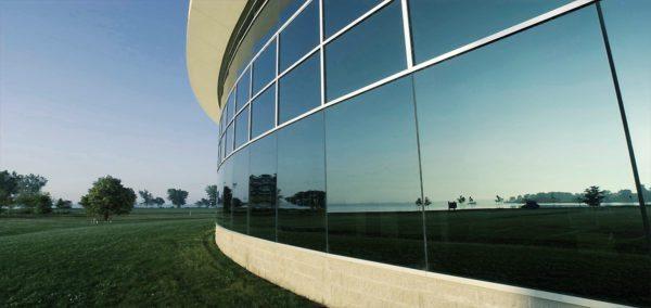 Отделку фасадов обычно проводят снаружи: так стекло защищают и от солнца, и от повреждений