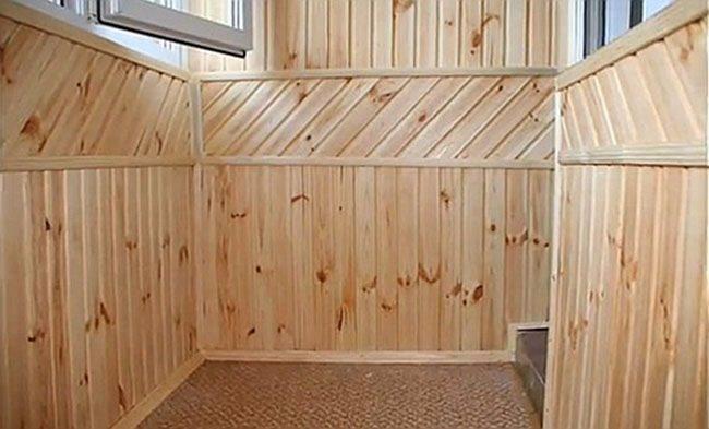 Отделку вагонкой можно декорировать деревянными молдингами