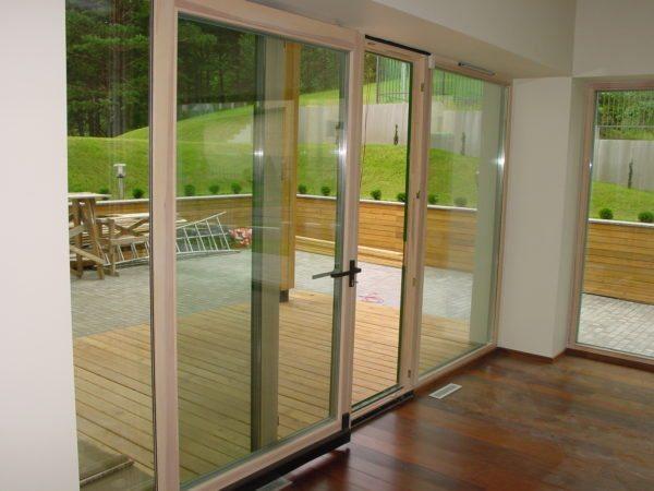 Параллельно — раздвижные и складные конструкции могут использоваться и для остекления дверных проемов большой ширины