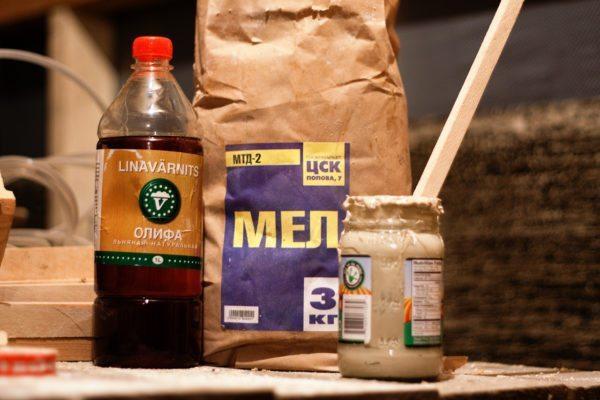Паста на основе льняного масла и мела часто применяется для герметизации окон