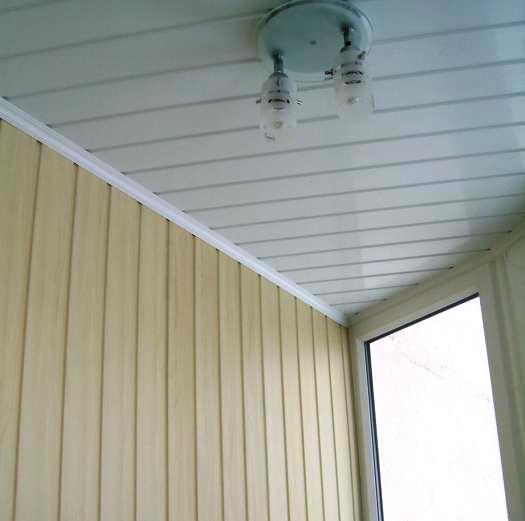 пластиковые панели на потолке и стенах балкона