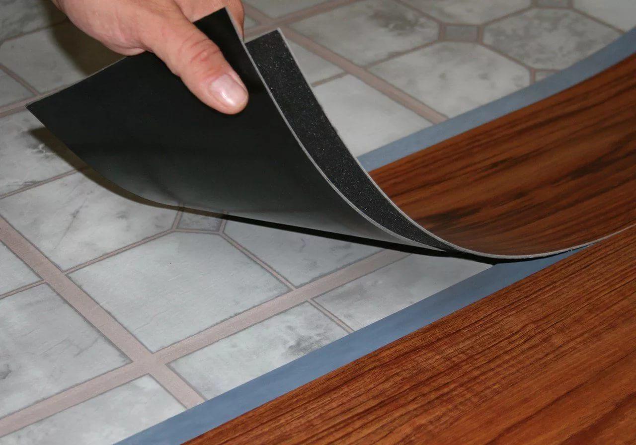 Плитка с клеевыми замками имеет монтажные полосы с внутренней и наружной стороны