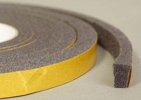 Поролон на клеящей основе также может стать отличным утеплителем для небольших щелей или областей примыкания окон к раме