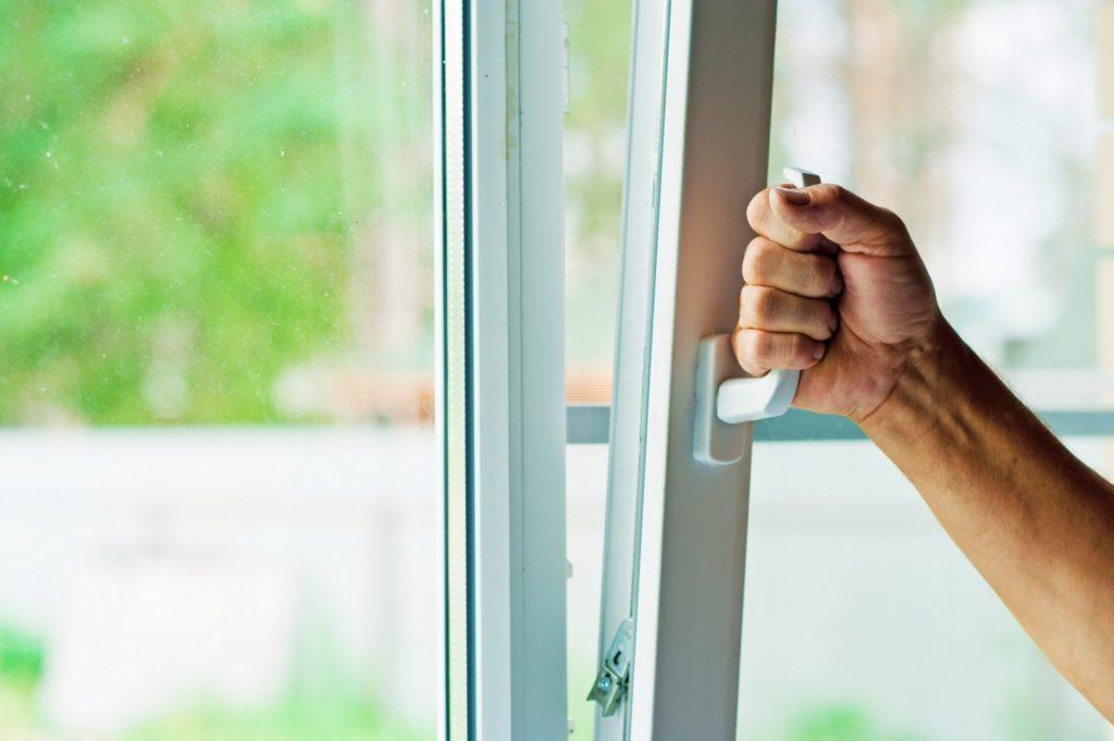 Правильно настроенные окна и двери не пропускают холод и шум извне, а это залог комфорта в доме