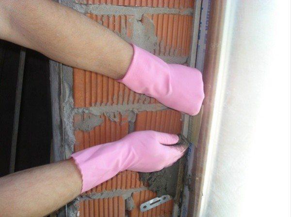 При работе со штукатуркой не забывайте пользоваться перчатками, чтобы не навредить своей коже